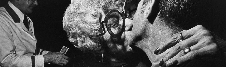 Exposé à l'Institut pour la photographie : Older Couple in a Bar, New-York City / © Léon Levinstein
