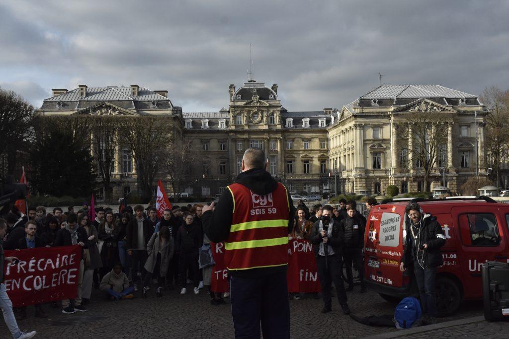 Frédéric Demartelaere, pompier et syndicaliste, le 05/02 à République lors d'une mobilisation étudiante. Crédit Photo : Martin Hortin