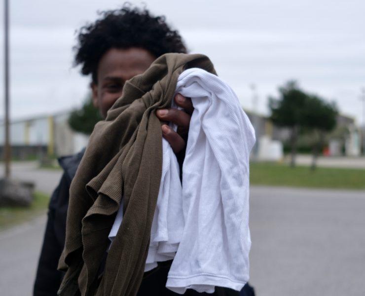Un migrant nous montre les vêtements que lui ont donnés les bénévoles ©Chloé Lavoisard