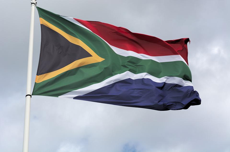 Drapeau Afrique du Sud flotte dans les airs (Covid-19)