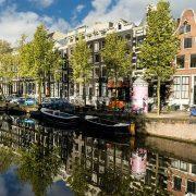 Canal au Pays-Bas sur lequel on trouve des bateaux