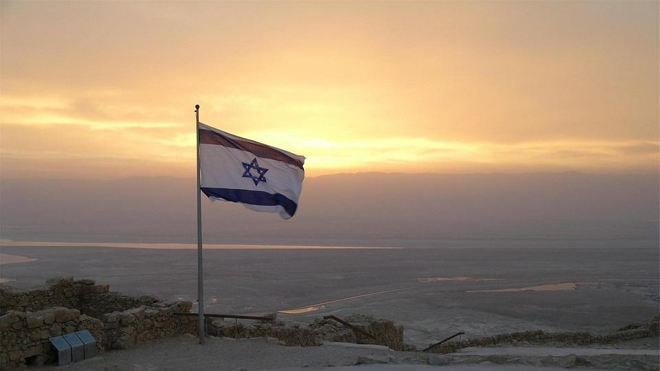 La drapeau d'Israël flotte dans les airs (covid-19)