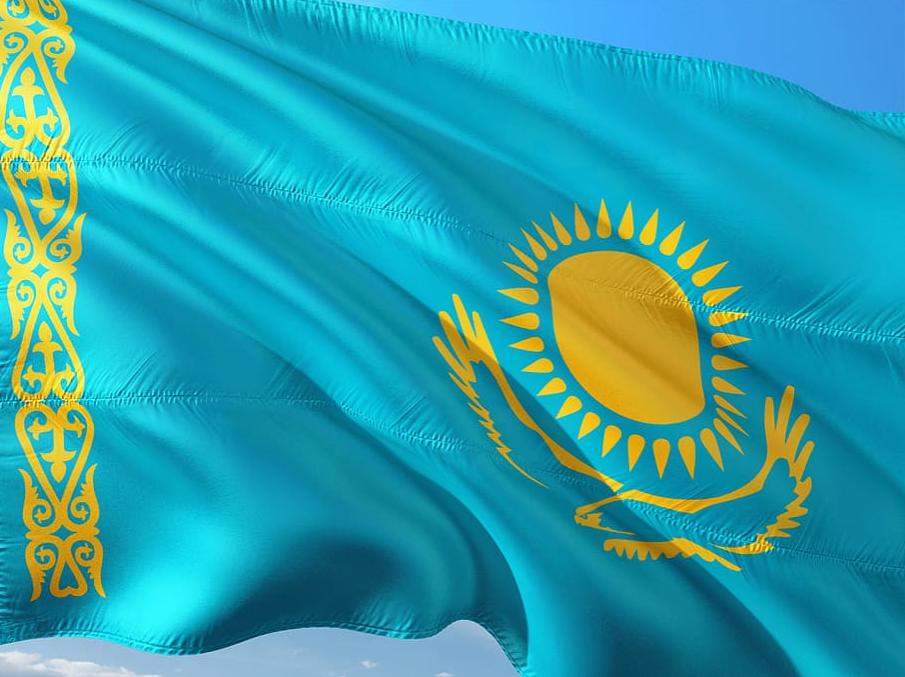 Drapeau du Kazakhstan flotte dans l'air (covid-19)