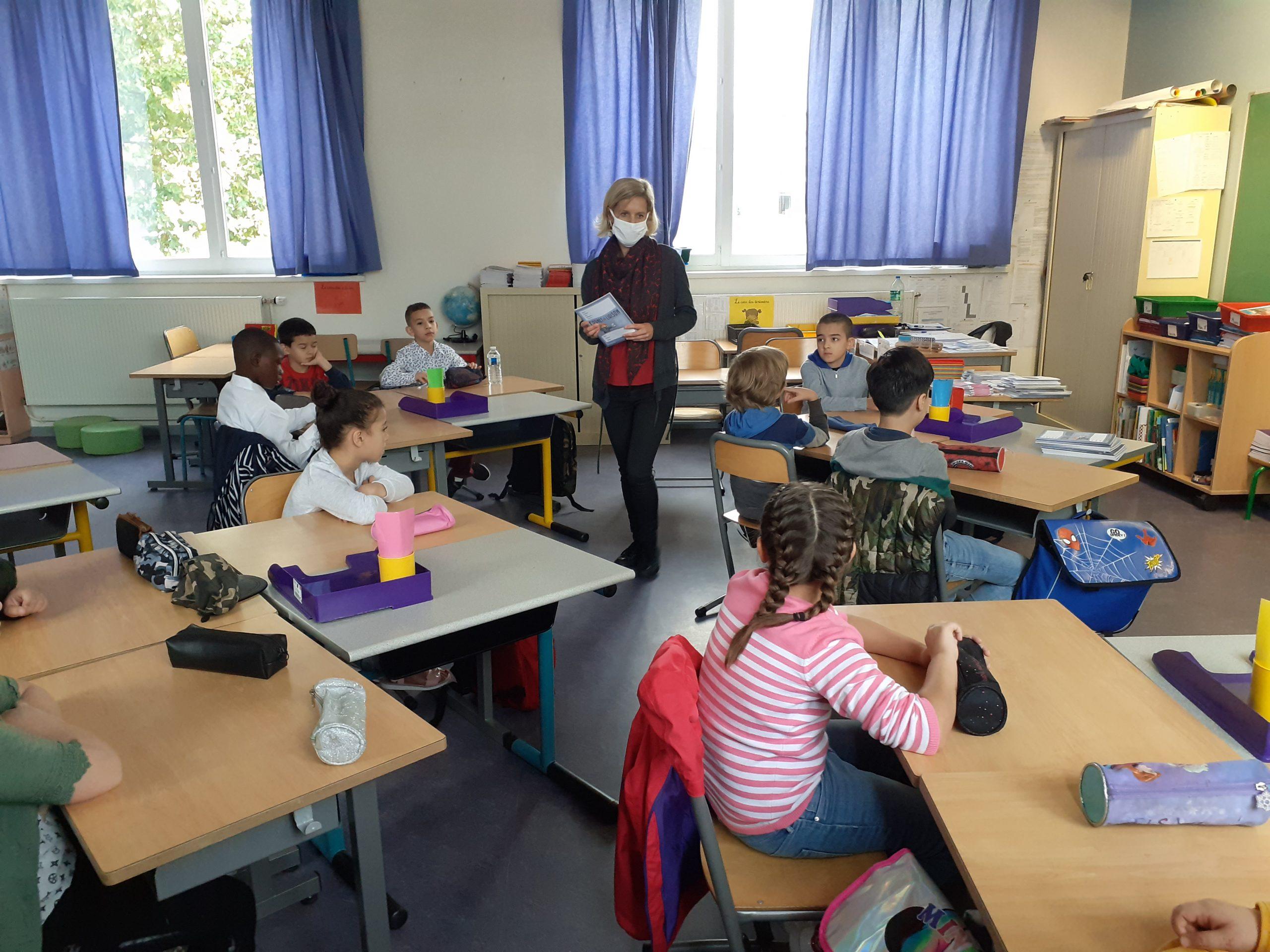 Une classe avec le protocole sanitaire : une dizaine délèves grâce à des classes dédoublées et port du masque par le professeur© Sarah Khelifi