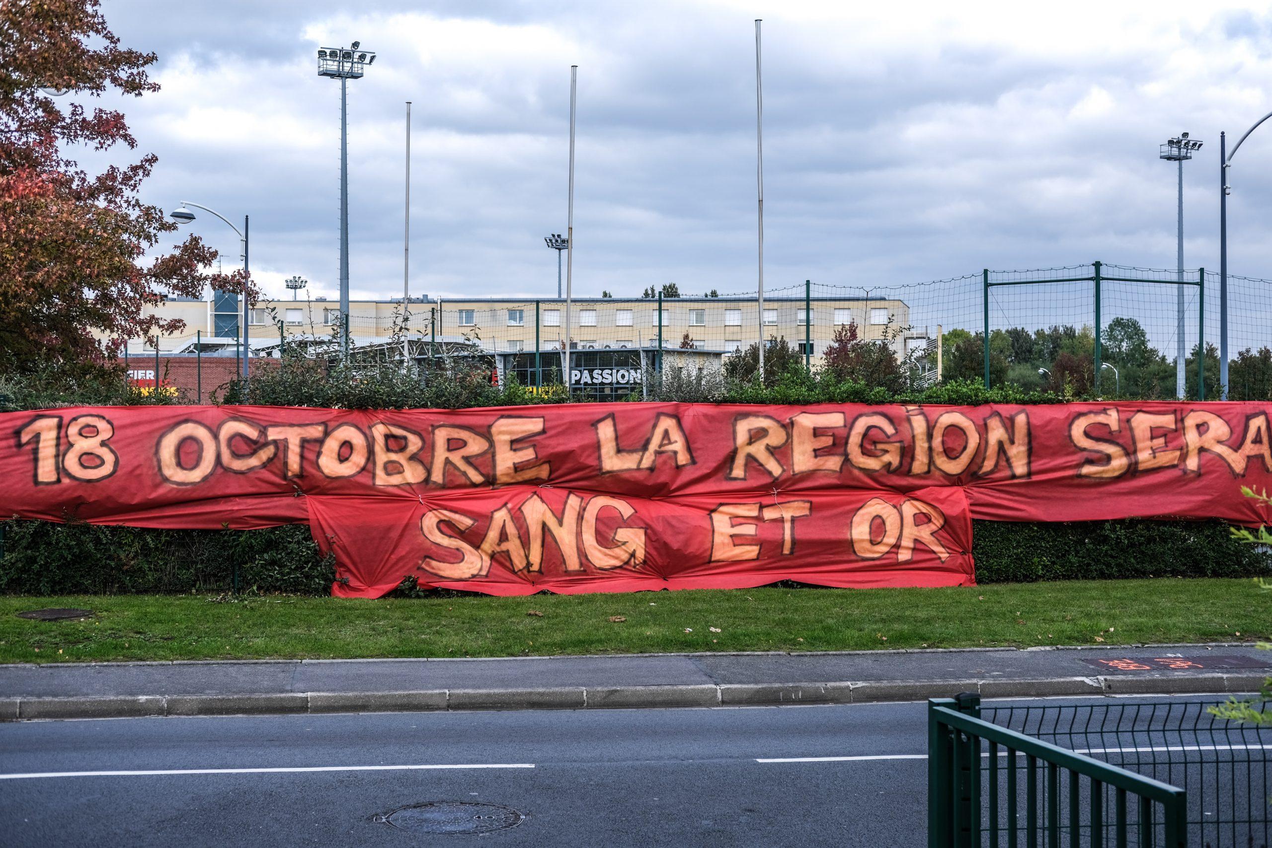 Des supporters soutiennent le RC Lens, deux jours avant d'affronter le Losc de Lille pour le 111e derby du Nord. 16 octobre 2020.