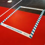 Des carrés d'un mètre sont marqués au sol pour respecter les règles de distanciation sociale. © Valentin Maio