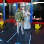 Les patients se présentent ensuite devant un box en plexiglas pour se faire tester. © Valentin Maio