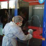 Après chaque test, un membre du personnel vient désinfecter la paroi du box. © Valentin Maio
