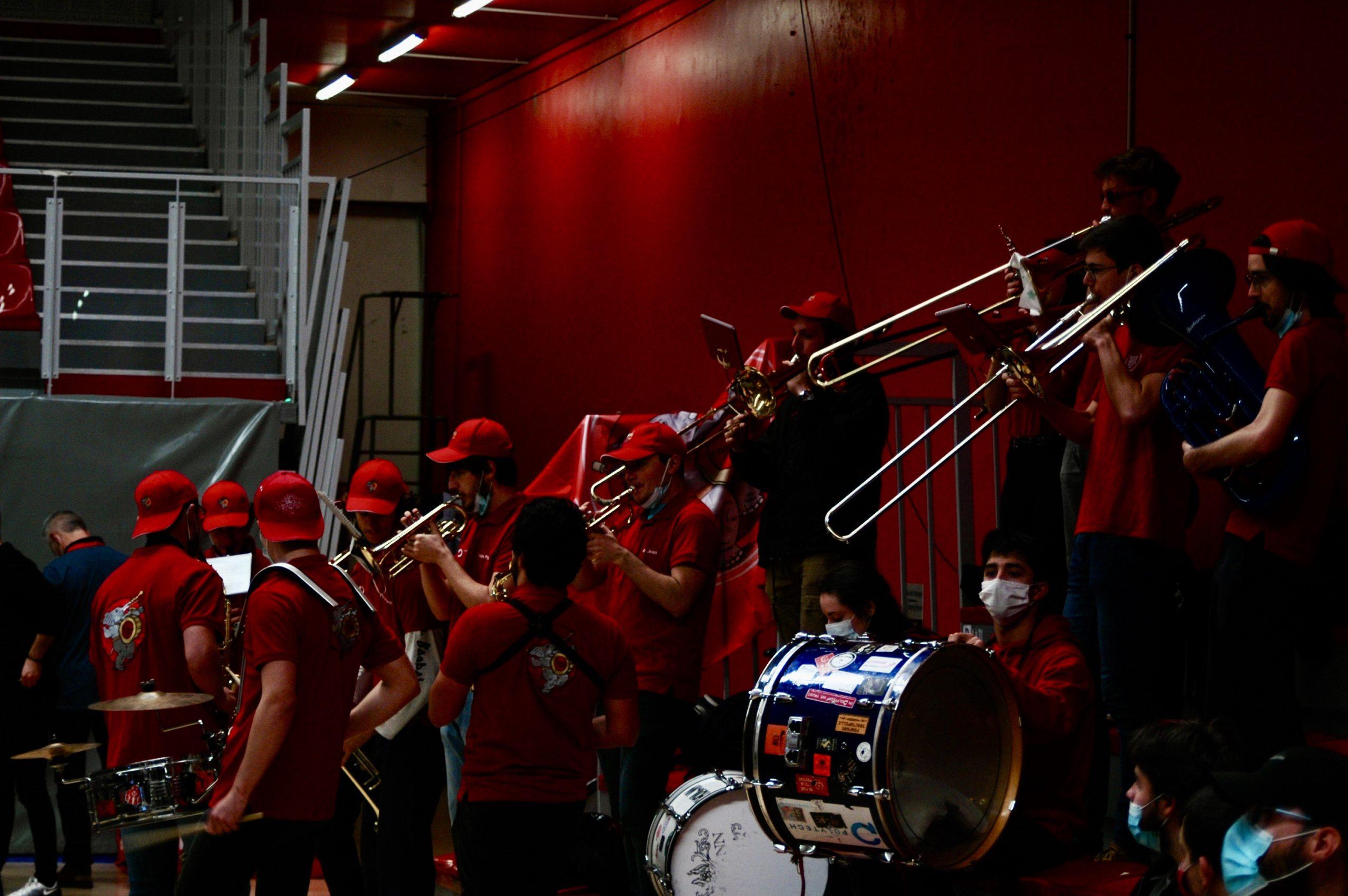 La fanfare donne le ton en tribune. © Armand Bécasse / Pépère News