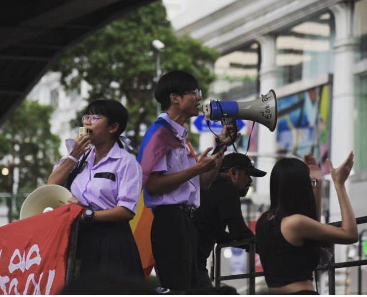 Benjamaporn Nivas et ses camarades de Bad Students en manifestation à Bangkok ( Thaïlande )