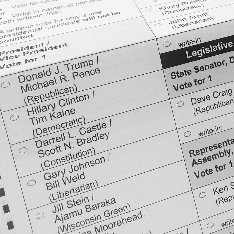 Partie du bulletin de vote auWisconsinconsacrée au choix du binôme présidentiel en 2016. Selon les Etats, le bulletin diffère et peut parfois être très long. Les Américains ne votent pas seulement pour le Président mais également pour le Congrès, les maires et certains juges. ©Corey Taratuta