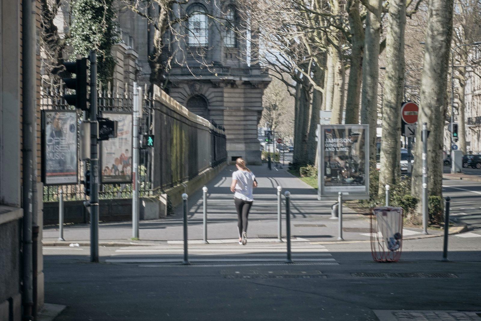 une joggueuse pendant le coronavirus, Lille © Quentin saison / Collectif Gerda