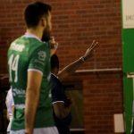 Le deuxième arbitre avertit le coach de Poitiers qu'il a effectué ses deux temps mort © Valentin Maio / Pépère News