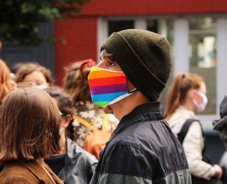 Manifestant masque LGBT
