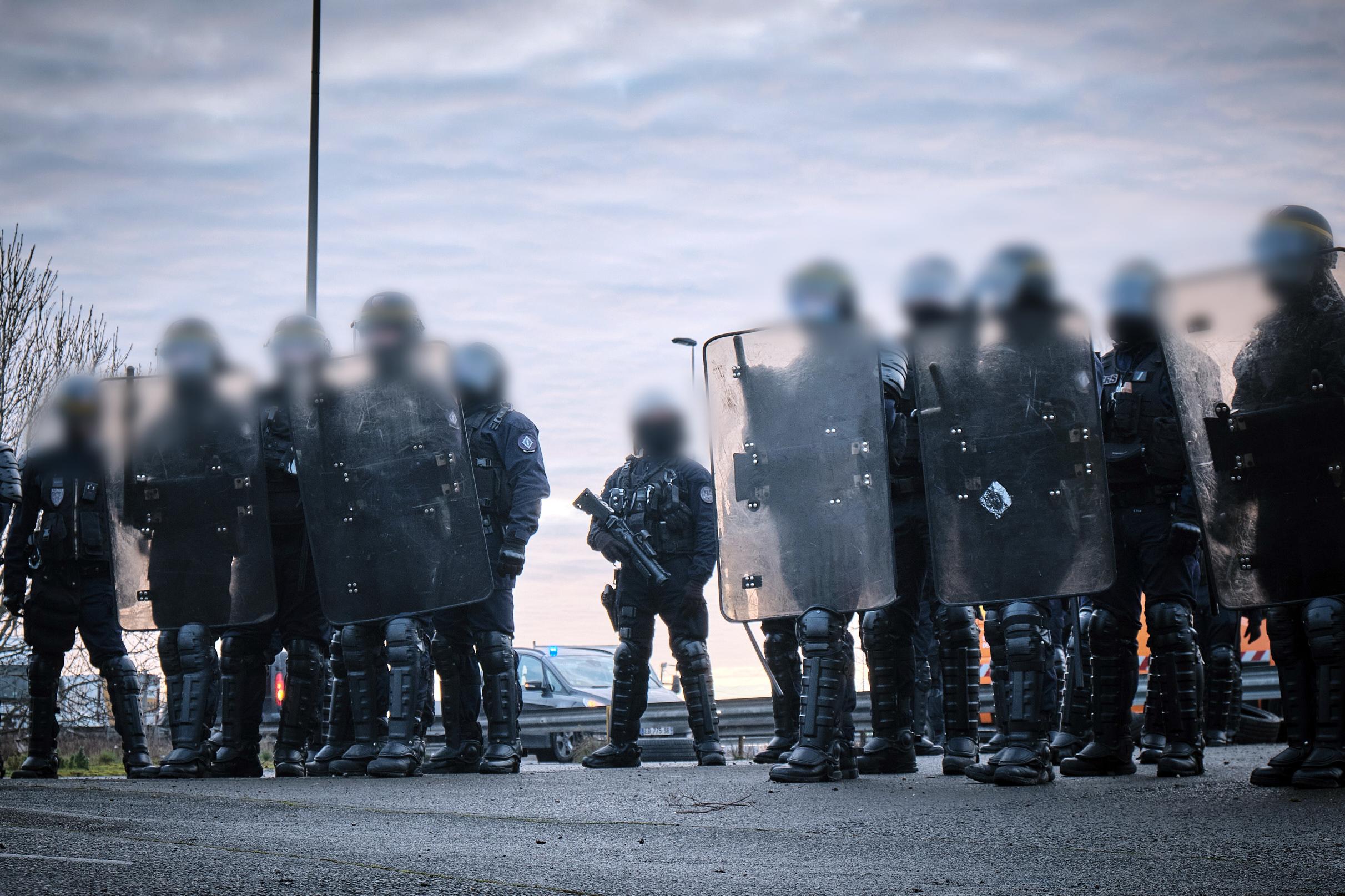 Forces de l'ordre police visage flou photo loi sécurité globale