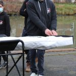 Martin ouvre la housse contenant son tout nouveau kayak. © Damian Cornette