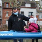 Martin fait découvrir le bateau à sa fille, Adèle. © Damian Cornette