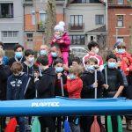 Enfants et invités se mettent en place pour prendre une photo aux côtés des deux stars du jour : Martin et son kayak. © Damian Cornette
