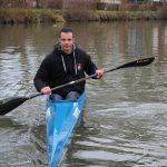 Martin essaie pour la toute première fois son kayak. © Damian Cornette