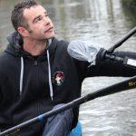 Martin répond, encore sur sur l'eau, aux questions des journalistes. © Damian Cornette