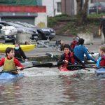 Les enfants rejoignent Martin sur l'eau © Damian Cornette