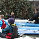 Les jeunes kayakistes lillois entourent Martin. © Damian Cornette