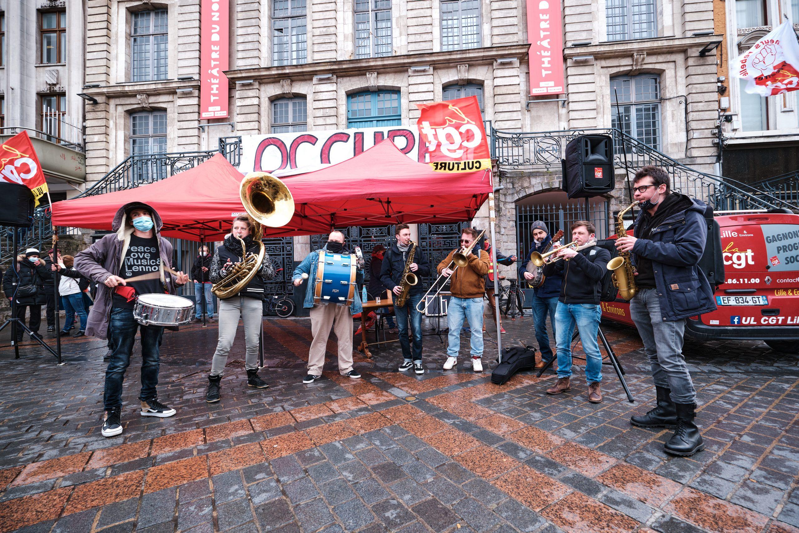 Lors du rassemblement le 12 mars, des artistes performent pour faire entendre leur voix (et leurs cuivres)