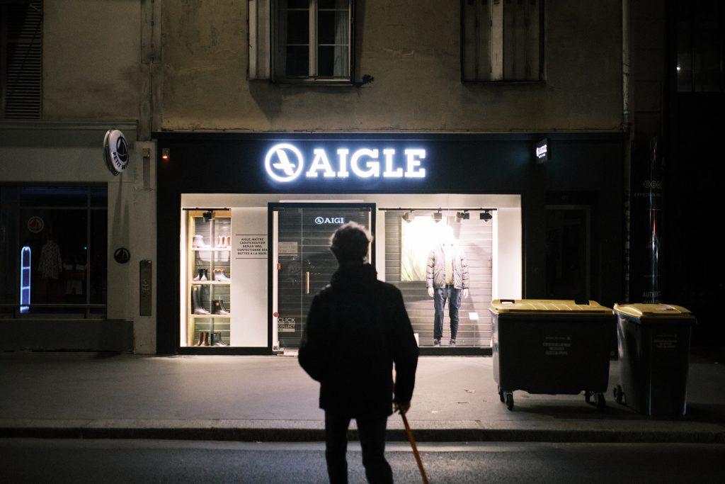 """Un bénévole du collectif """"Revoirleciel"""" devant une vitrine d'un magasin"""