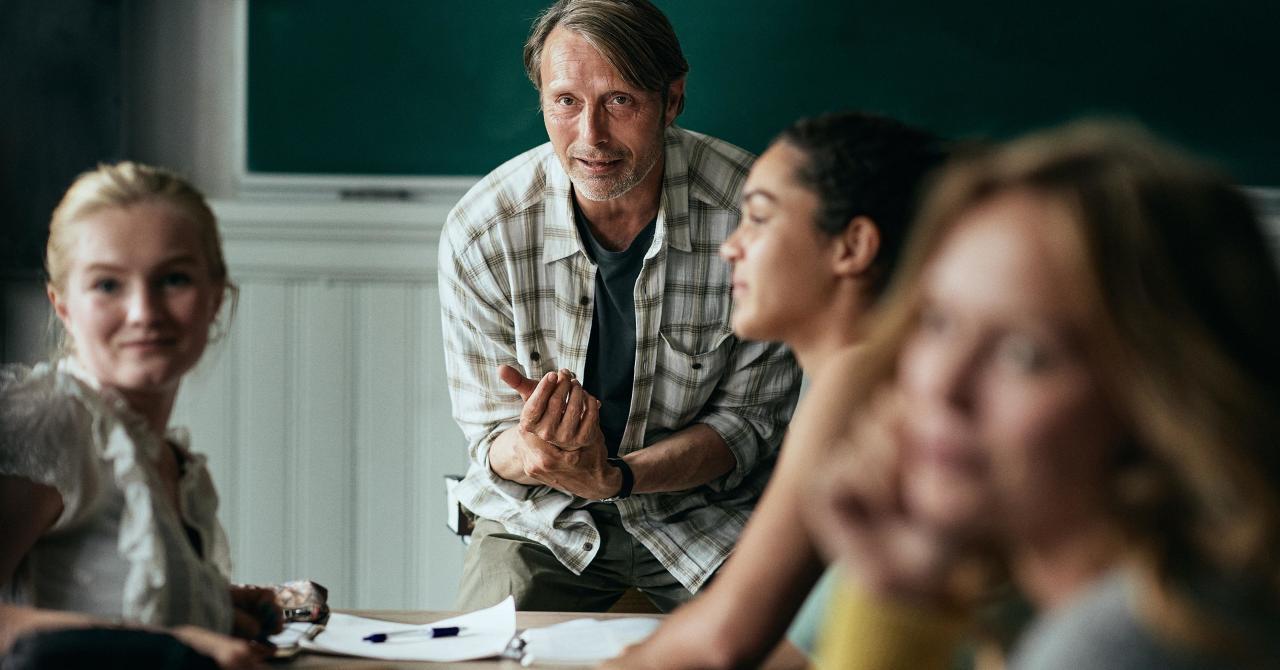 Martin ( Mads Mikkelsen) en cours avec ses élèves