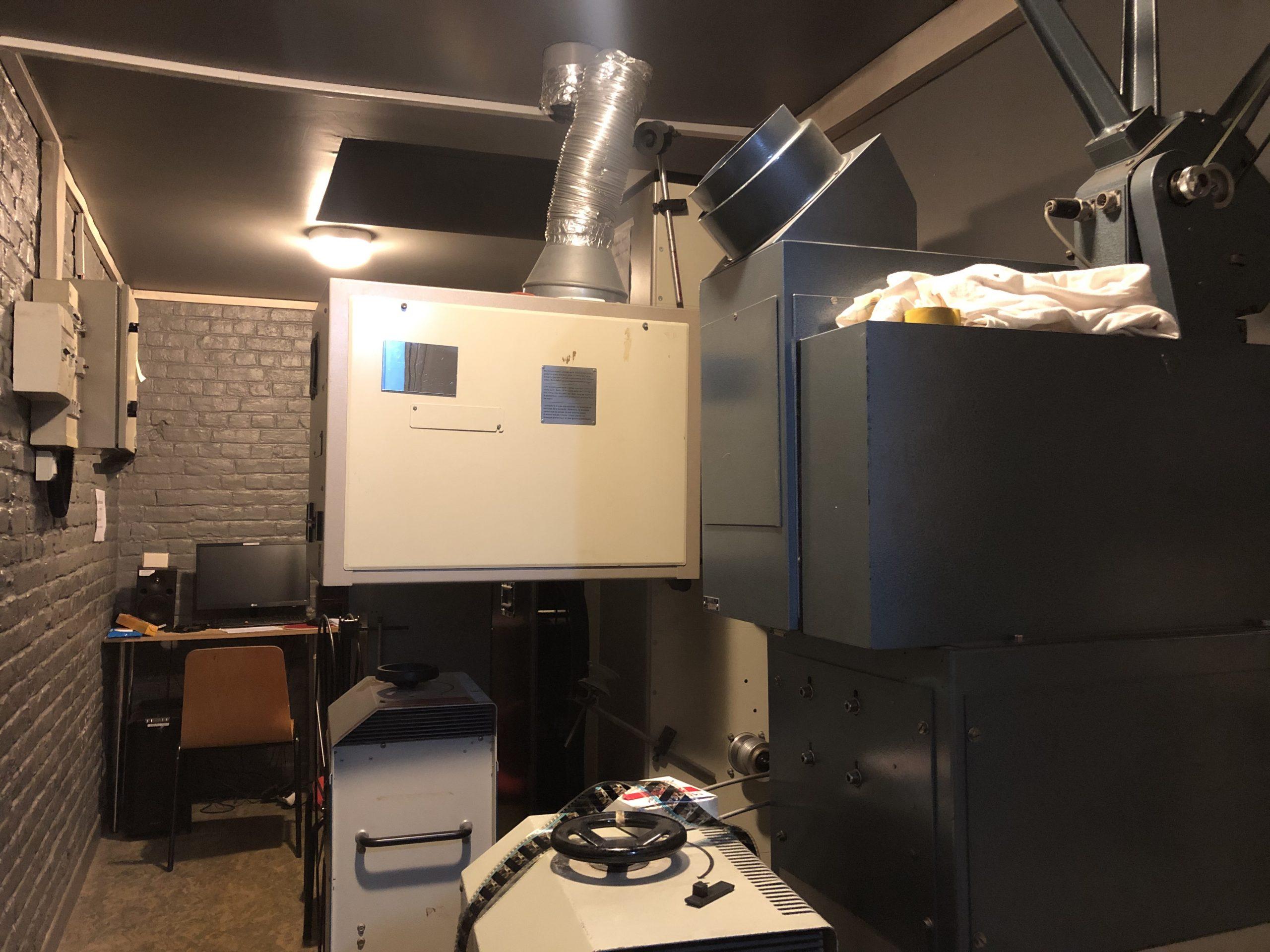La cabine de projection est équipée pour la diffusion en numérique et en pellicule