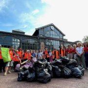 """Bénévoles lors de la """"Clean Walk"""" ©Garance Verdier/ pépèrenews"""